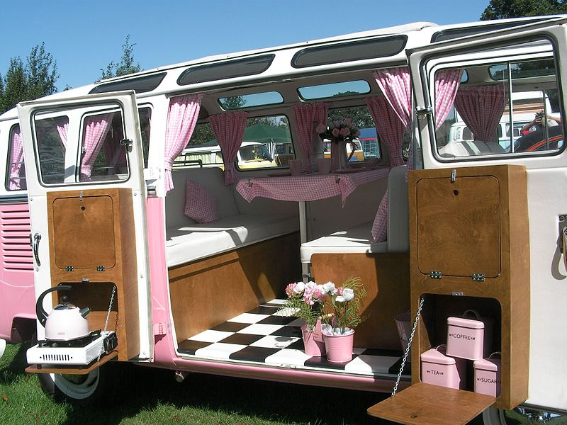 800px-Pink_VW_campervan_-_001_-_Flickr_-_foshie