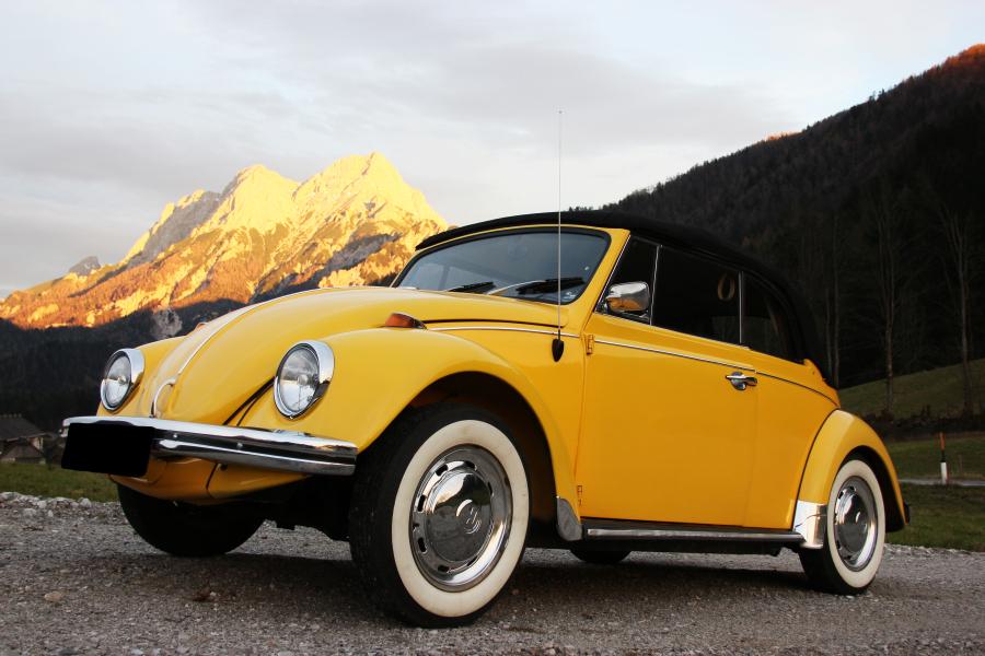 VW Käfer Sunny vor den Bergen